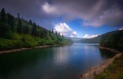Lago Shaori en Georgia, el Cáucaso Estación de verano Imagenes de archivo