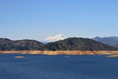 Lago Shasta sotto il Mt. Shasta fotografie stock