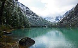 Lago Shavlinskoe dopo la neve immagini stock