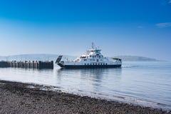 Lago Shira Approaching del transbordador de Largs el embarcadero en un día hermoso en febrero en Escocia imagen de archivo libre de regalías