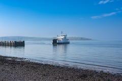 Lago Shira Approaching del transbordador de Largs el embarcadero en un día hermoso en febrero en Escocia foto de archivo
