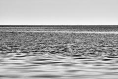 Lago Skadar com o horizonte que divide a água e o céu imagens de stock royalty free