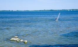 Lago Sniardwy con le rocce in priorità alta Fotografia Stock Libera da Diritti