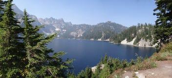Lago snow, un alto lago alpestre Imágenes de archivo libres de regalías