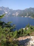 Lago snow, un alto lago alpestre Foto de archivo