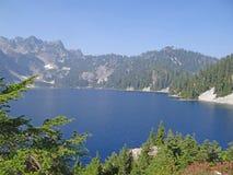 Lago snow, un alto lago alpino fotografia stock