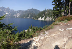 Lago snow, un alto lago alpino Foto de archivo