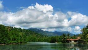 Lago sob o lapso de tempo das nuvens filme