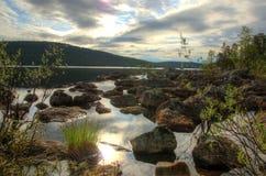 lago soleggiato di quiete di mattina in Finlandia Immagini Stock Libere da Diritti