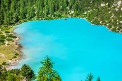 Lago Sorapis de la turquesa en Cortina d'Ampezzo, con la dolomía Moun fotografía de archivo libre de regalías