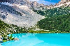 Lago Sorapis de turquesa em Cortina d'Ampezzo, com dolomite Moun Imagem de Stock Royalty Free