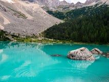 Lago Sorapis in dolomia italiane con paesaggio della valle immagini stock libere da diritti