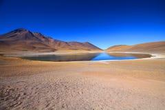 Lago sotto cielo blu Immagine Stock
