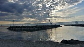 Lago sotto il cielo nuvoloso fotografia stock libera da diritti