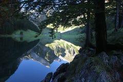 Lago sotto la montagna fotografia stock libera da diritti