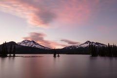 Lago sparks e parte superior quebrada com um céu cor-de-rosa e azul, Deschutes N Fotografia de Stock