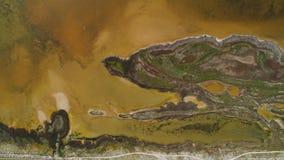 Lago sporco brown con la riva modellata colpo Vista superiore di superficie modellata delle rive paludose e del lago ammuffito di fotografie stock