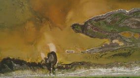 Lago sporco brown con la riva modellata colpo Vista superiore di superficie modellata delle rive paludose e del lago ammuffito di fotografia stock