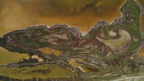 Lago sporco brown con la riva modellata colpo Vista superiore di superficie modellata delle rive paludose e del lago ammuffito di immagini stock
