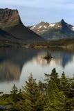 Lago st Mary con l'isola selvaggia dell'oca Fotografia Stock Libera da Diritti