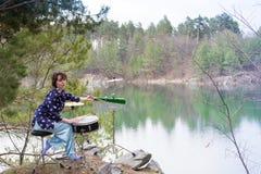 Lago stabilito della foresta di ispirazione del musicista della natura del tamburo della ragazza fotografia stock