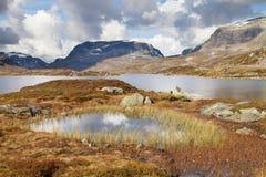 Lago Stavatn y las montañas de Haukeli Imagen de archivo