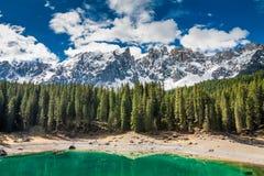 Lago strabiliante Carezza della montagna in primavera, alpi, Italia Immagini Stock Libere da Diritti