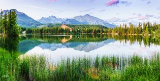 Lago Strbske Pleso in alta montagna di Tatras, Slovacchia Fotografie Stock
