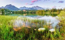 Lago Strbske Pleso in alta montagna di Tatras, Slovacchia Immagine Stock