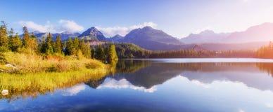 Lago Strbske Pleso in alta montagna di Tatras, Slovacchia Europa Immagini Stock