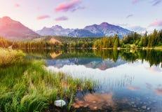 Lago Strbske Pleso in alta montagna di Tatras, Slovacchia Europa Fotografia Stock