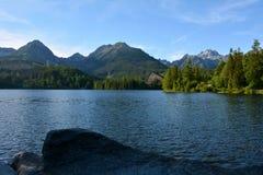 Lago Strbske Pleso em montanhas de Vysoke Tatry, Eslováquia foto de stock royalty free