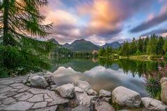 Lago Strbske Pleso mountain en el parque nacional alto Tatra, Slovaki imagenes de archivo