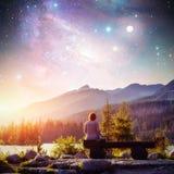 Lago Strbske Pleso na montanha alta de Tatras, Eslováquia, Europa Céu estrelado fantástico e a Via Látea A menina senta-se na imagem de stock
