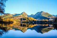 Lago strbske pleso Strbske nell'alto parco nazionale di Tatras, Slovacchia del nord fotografia stock libera da diritti