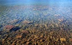 Lago Stunningly desobstruído e colorido foto de stock