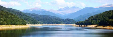 Lago stupefacente e panorama delle montagne fotografia stock