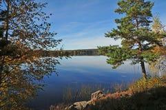 Lago sueco en octubre foto de archivo libre de regalías