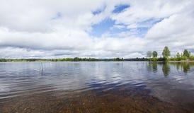Lago sueco tranquilo con agua clara fotografía de archivo libre de regalías