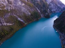 Lago suizo de la montaña en el parque nacional fotografía de archivo