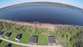 Lago Sukhodolskoe de la altura del vuelo del pájaro almacen de video