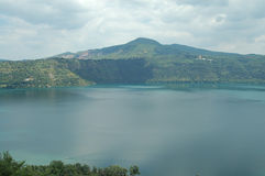 Lago sul lato della montagna Fotografia Stock