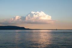 Lago sul Nuvola Заволоките над озером Стоковое Изображение