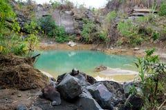 Lago sulfúrico no pé do vulcão de Lokon-Empung imagens de stock royalty free
