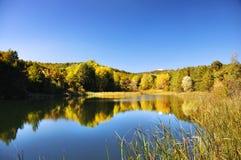 Lago sulla parte superiore della montagna Fotografia Stock
