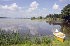 Lago summer con el barco amarillo Fotos de archivo libres de regalías