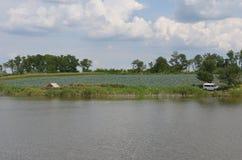 Lago summer en la distancia usted puede ver la estepa hermosa 1 del agua del cielo del pescador foto de archivo libre de regalías