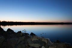 Lago sunset com o céu azul profundo Foto de Stock Royalty Free