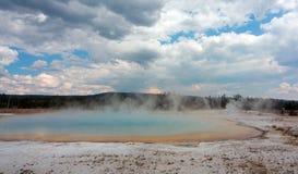 Lago sunset debajo de las nubes de cúmulo en lavabo negro de la arena en el parque nacional de Yellowstone en Wyoming los E.E.U.U imagenes de archivo
