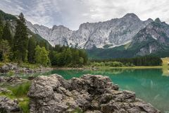 Lago superior Fusine en Italia del noreste con el color hermoso de la turquesa del agua imágenes de archivo libres de regalías